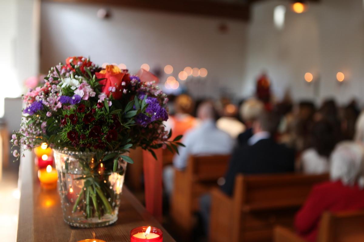 Gottesdienst mit Blumenschmuck