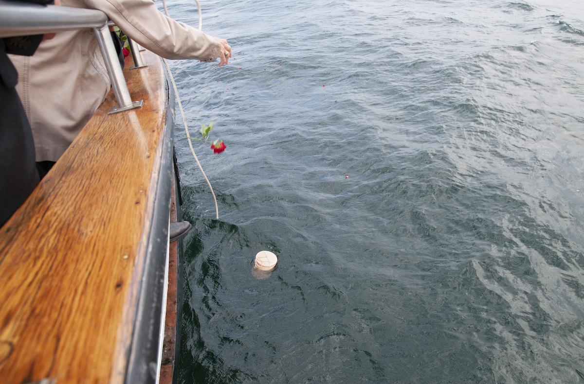 Seebestattung mit einer Urne