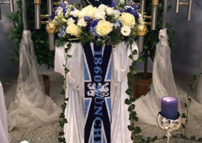 Blauer Altar mit Urne