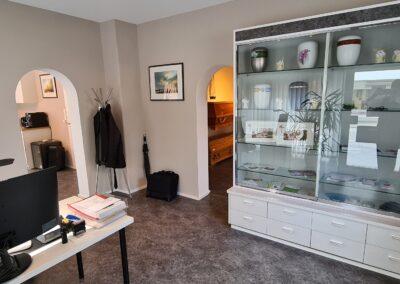 Büro mit Glasvitrine